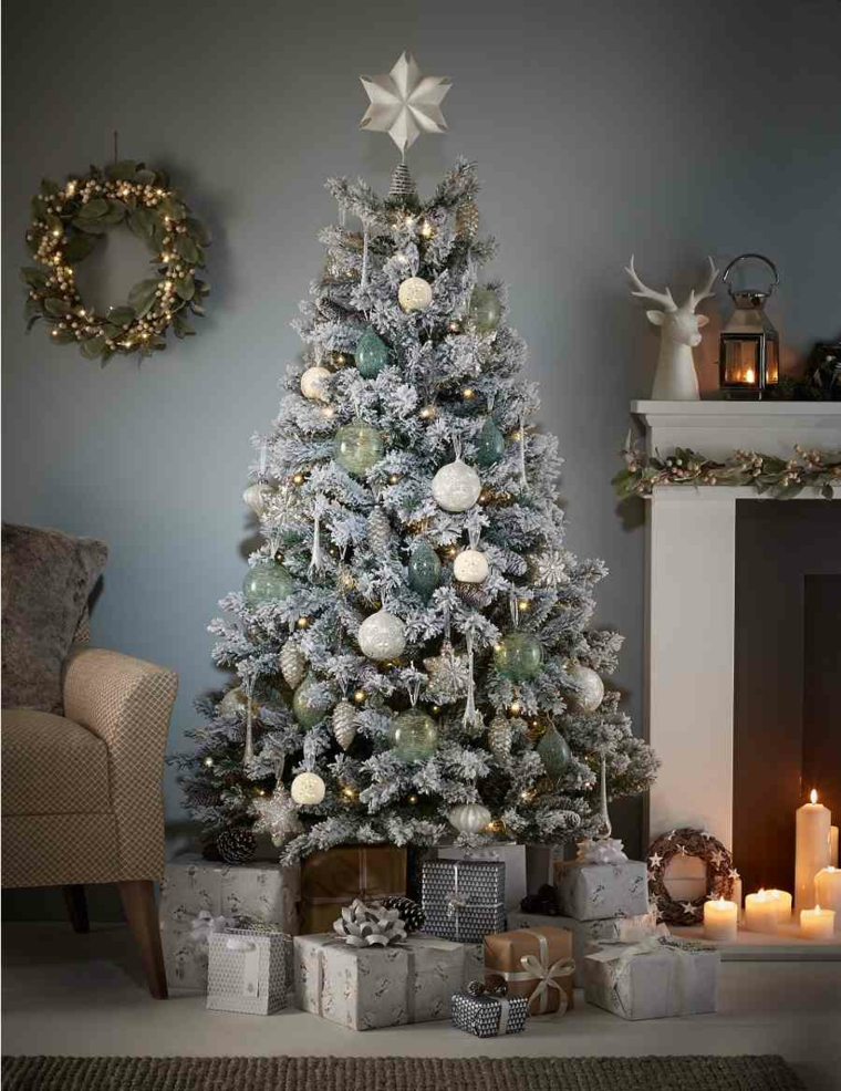snowflakes-decorate-tree-christmas