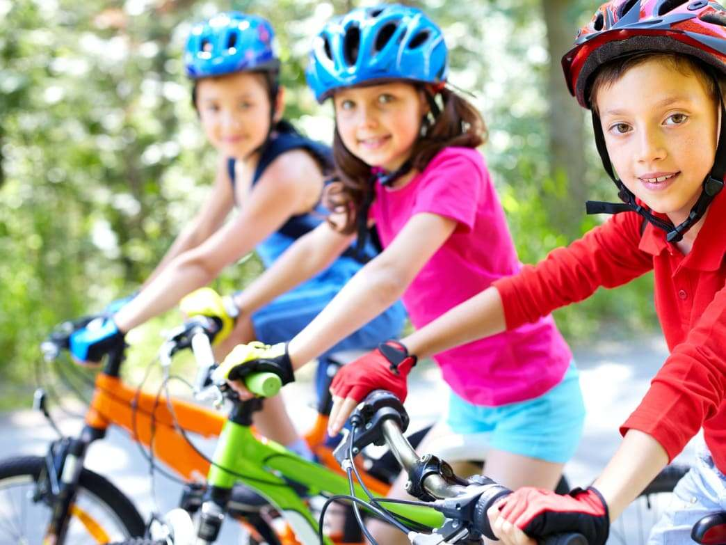 """-in-bike-girl-learn-parents """"width ="""" 1044 """"height ="""" 783 """"srcset ="""" https://casaydiseno.com/wp-content/uploads/2020/06/montar-en-bici-nina- learn-parents.jpeg 1044w, https://casaydiseno.com/wp-content/uploads/2020/06/montar-en-bici-nina-aprender-padres-768x576.jpeg 768w """"size ="""" (largura máxima: 1044px) 100vw, 1044px """"/> </p> <p style="""