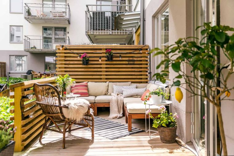 """ideas-para-hid-balcon-furniture-madera """"width ="""" 760 """"height ="""" 506 """"srcset ="""" https: // home and design. com / wp-content / uploads / 2021/08 / ideas-to-hide-balcony-furniture-wood.jpg 760w, https://casaydiseno.com/wp-content/uploads/2021/08/ideas-para -ocultar -balcon-furniture-madera-720x480.jpg 720w """"tamanhos ="""" (largura máxima: 760px) 100vw, 760px """"/> </p> <p style="""